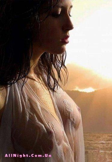 Девушки в мокрых футболках (10 Фото)