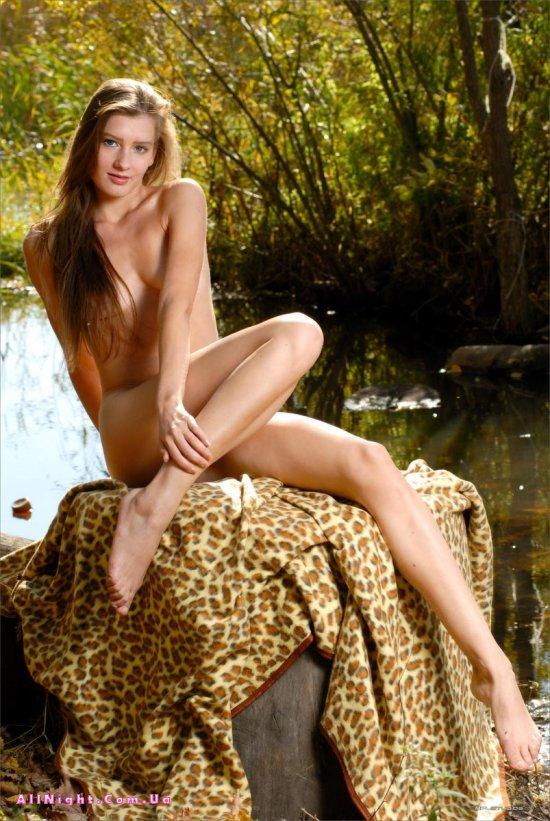 Осенние кадры голой Adriana на фоне озера (40 фото)