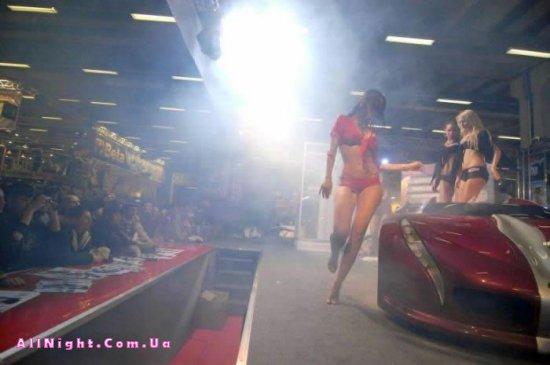 Девушки на показе машин (17 фото)