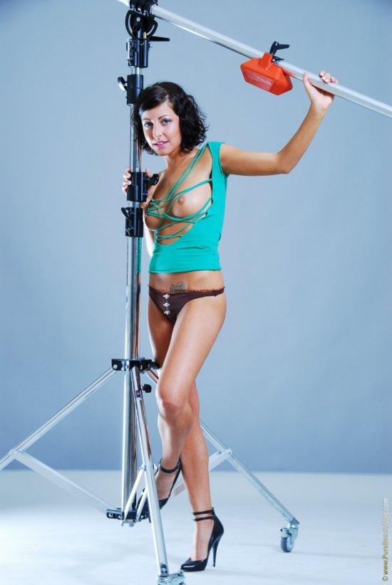 Сексуальные позы темпераментной Joan White в фотостудии (26 фото)