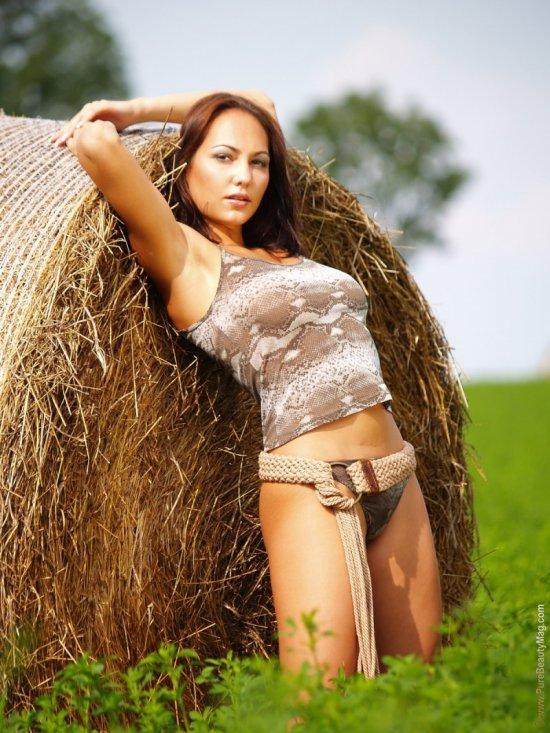 Наполненная откровениями фотосессия в поле с Gabriela Munzar (44 фото)