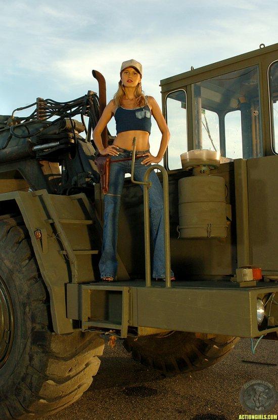 Интим Heather Sims на строительном бульдозере (42 фото)