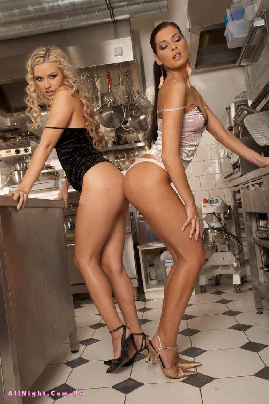Лесби девушки Evelyn Lory и Jana на кухне ресторана (20 фото)