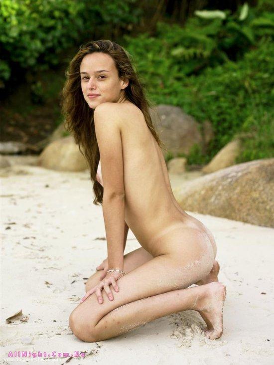 Gislane разоткровенничалась на чистом пляжном песке (16 фото)