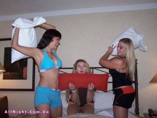 Женские бои на подушках (22 Фото)