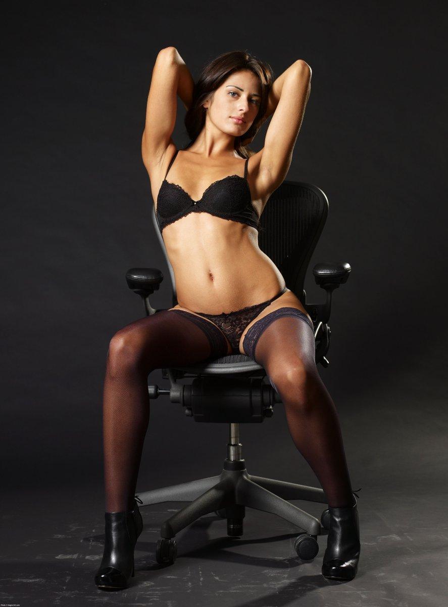 эротическое фото на стуле