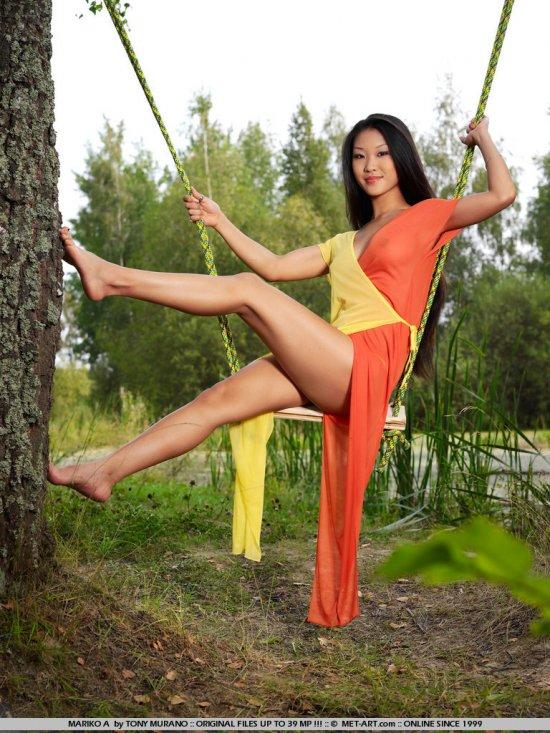 Азиатская милашка Mariko в эротичном катании на лесной качели (20 фото)