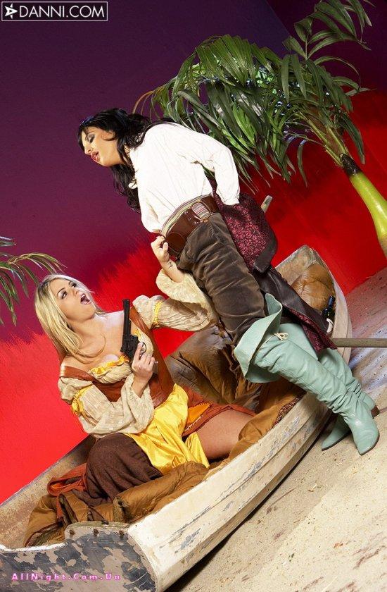 Развратные пираты Marlie Moore и Avy Lee (18 фото)