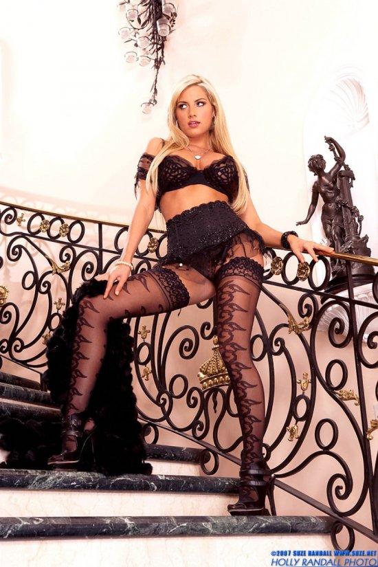 Teagan Presley на лестнице в роскошном дворце (20 фото)