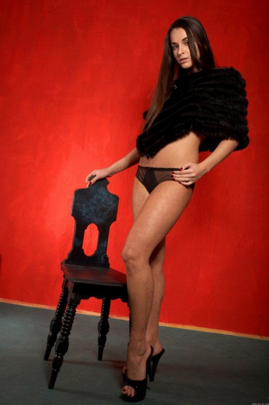 Молодая шатенка Ennie A. в красивой эротике (22 фото)
