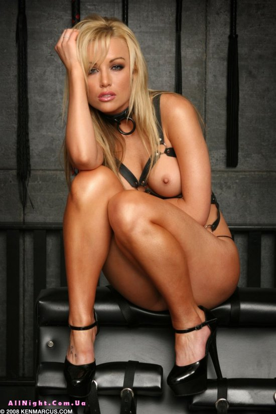Kayden Kross в комнате с аксессуарами для BDSM развлечений (20 фото)