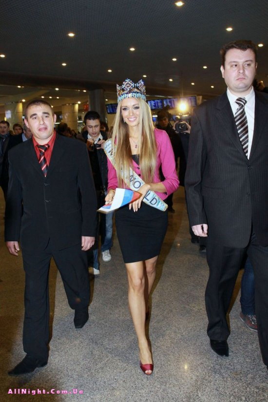 Мисс мира Ксения Сухинова прилетела домой (10 фото)