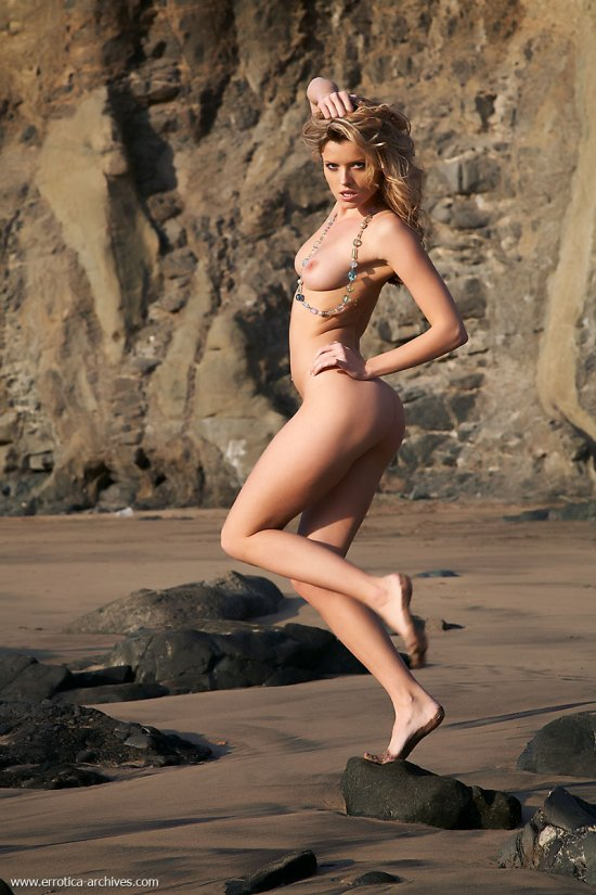Nikky Case мило провела время на пляже под скалами (16 фото)