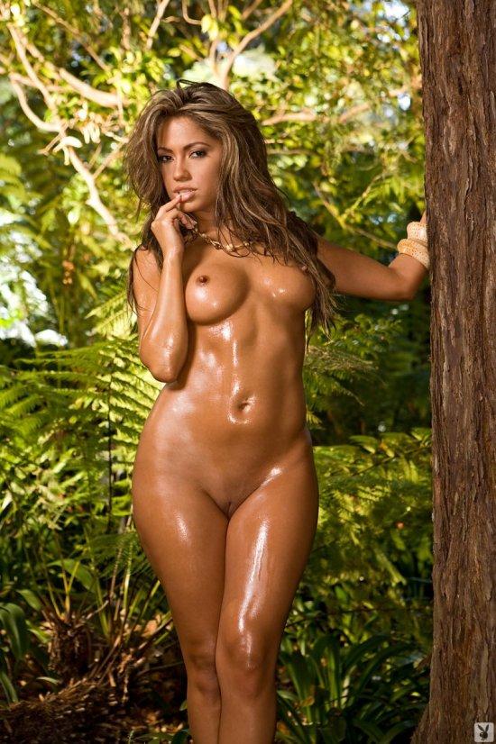 Jessica Burciaga прогулялась по заросшим джунглям  (20 фото)