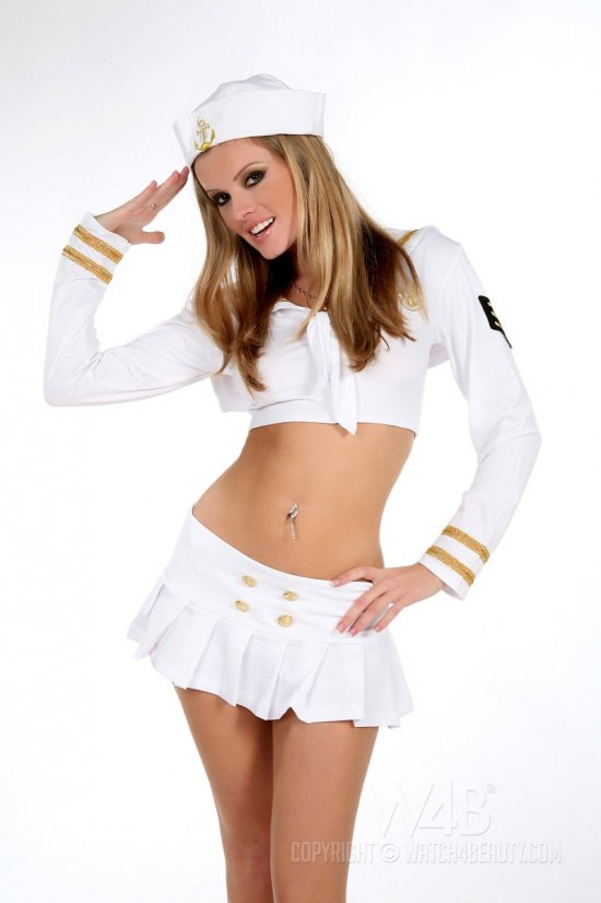 Nikky Case - личная помощница капитана на корабле (20 фото)