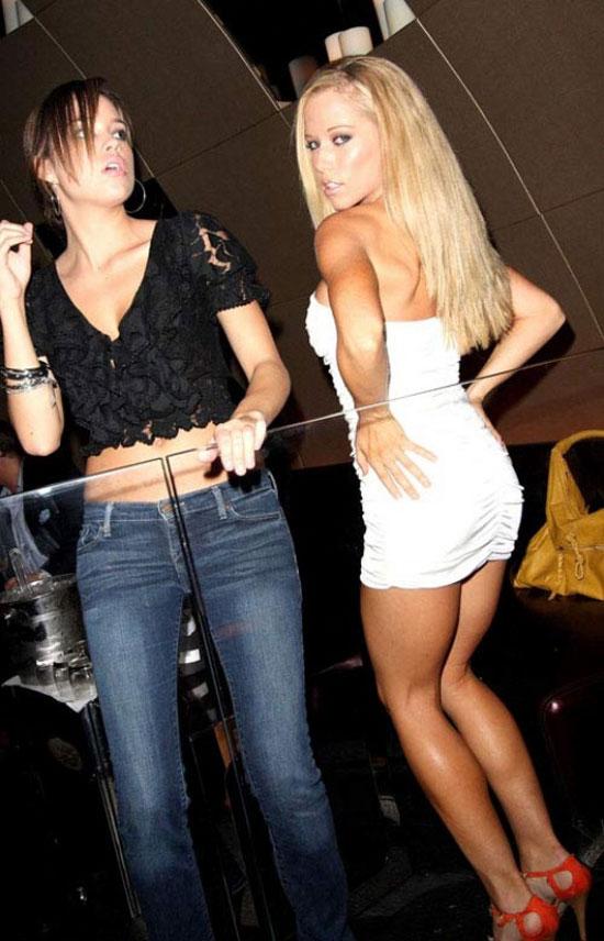 Kendra Wilkinson зажигает с подругой (8 фото)