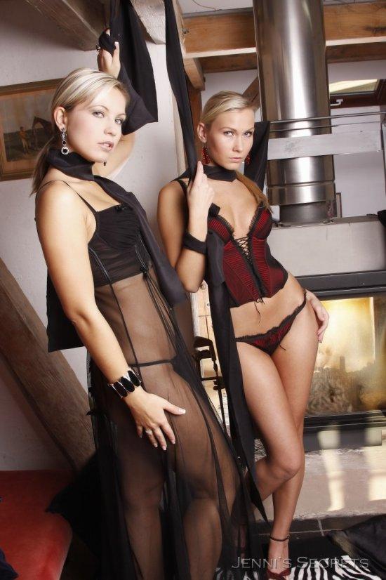 Властные красотки Jenni Gregg и Mishel (20 фото)