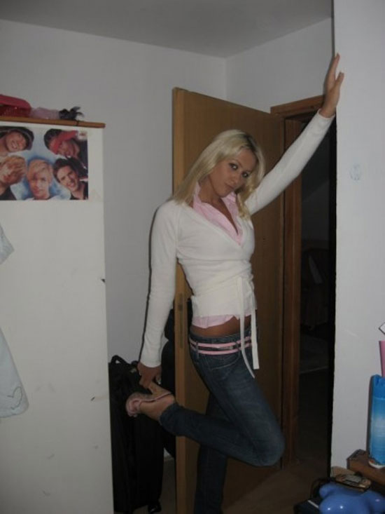 Блондинка устоила себе фотосессию (16 фото)