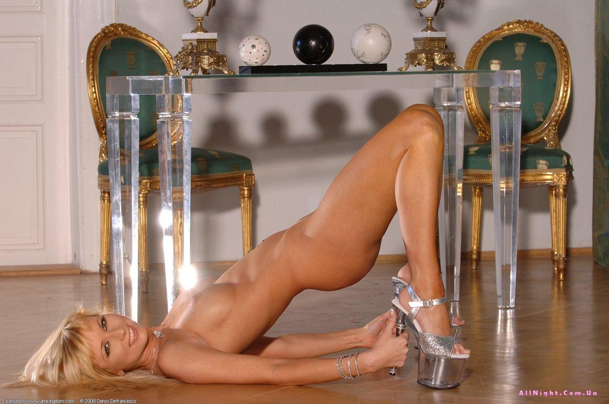 goliy-striptiz-ot-krasotki