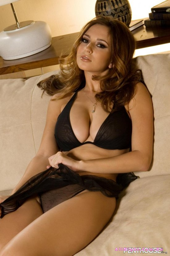 Shay Laren эротично провела досуг на диване в комнате друга (20 фото)