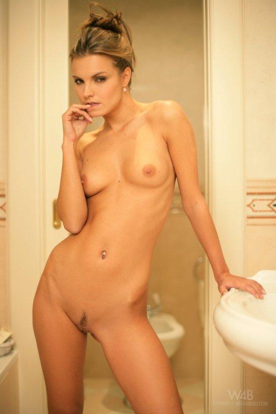 Освежающий душ Suzie Carina с элементами эротики (20 фото)