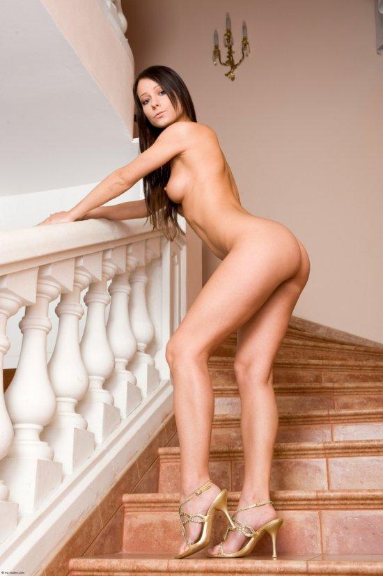 Melisa Mendiny в культурной эротике на ступеньках (22 фото)