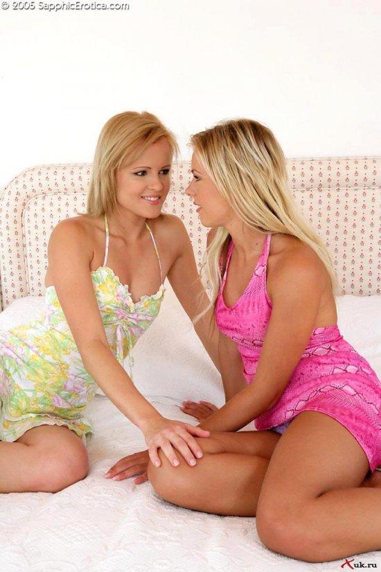 Сближение лесби блондинок Jenni и Renne (18 фото)