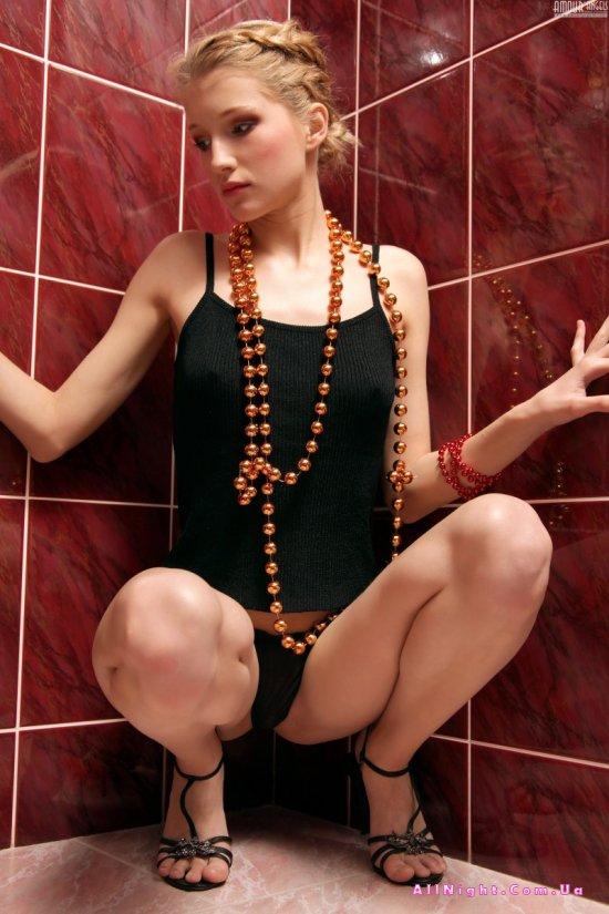 Сексуальная красотка Mila закрылась в уборной (20 фото)
