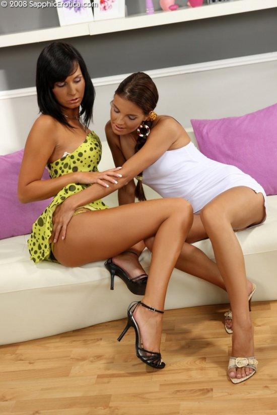 Интимный поворот событий между Klara и Carie (22 фото)