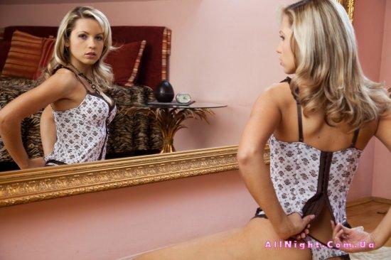Jenni Gregg завелась возле большого зеркала с красивой рамкой (20 фото)