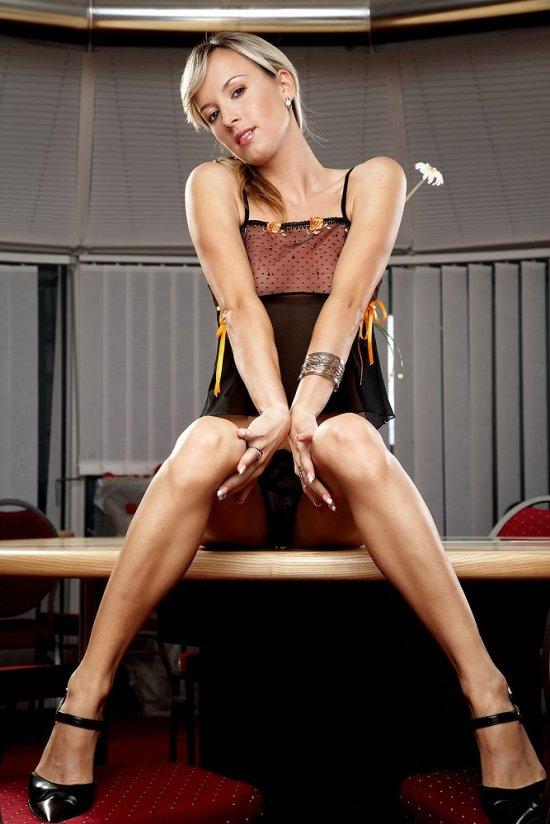 Эротика Katerina в конференц зале после рабочего дня (20 фото)