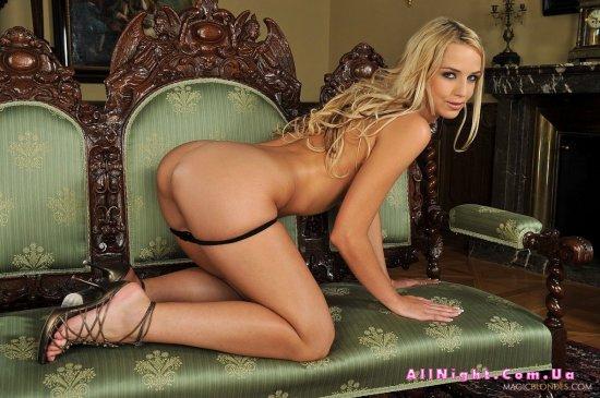 Anita присела на диванчике для интимных шалостей (20 фото)