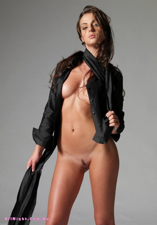 Julia спрятала красивое тело за черным плащом (19 фото)