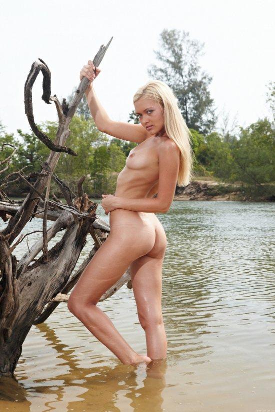 Monika сьездила на речку с желанием пооткровенничать (30 фото)