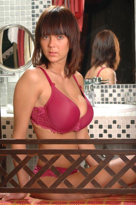 Lucy устроила эротический показ в ванной (24 фото)