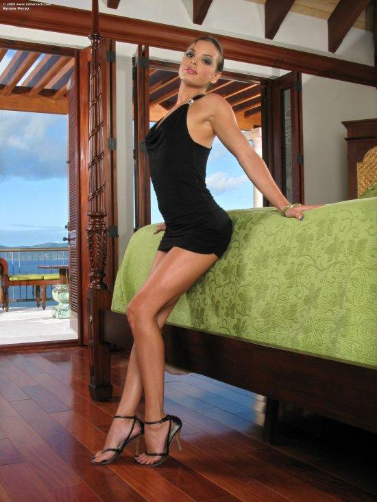 Renee Perez в номере отеля с видом на горы (20 фото)
