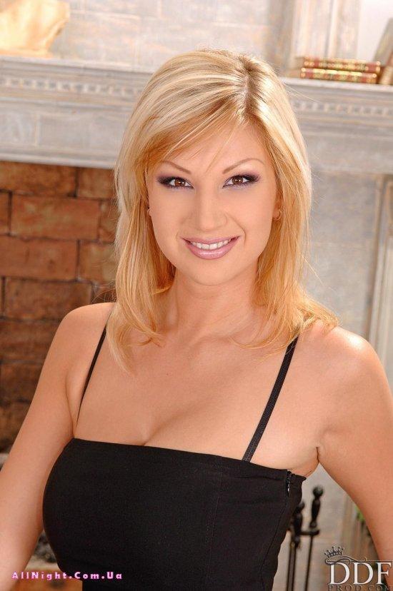 Carol Goldnerova закрылась в гостиной для эро сьемок (20 фото)