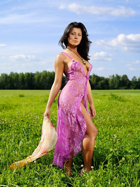 Яркие фотографии Alba с эротикой в зеленом поле (20 фото)