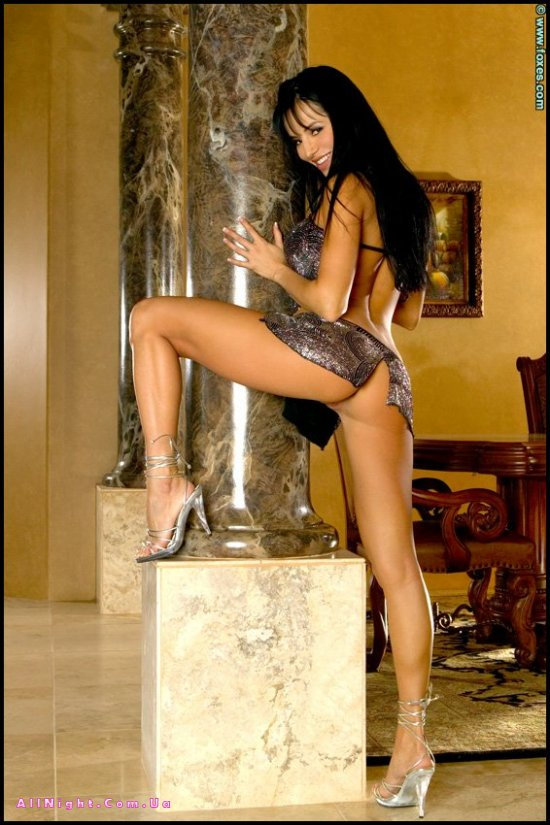 Lucia Tovar возле каменной колонны (20 фото)