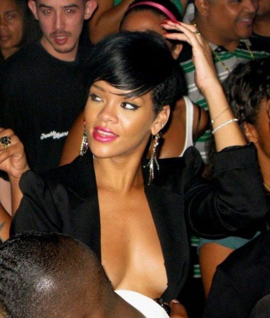 Рианна в классном платье в одном из клубов (9 фото)