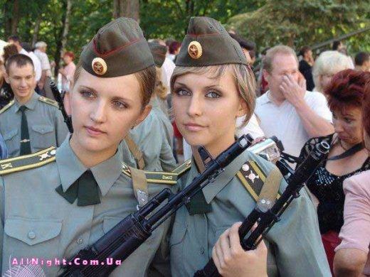 Оружие и девушки (36 фото)