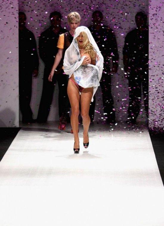 Pamela Anderson на подиуме (30 фото)