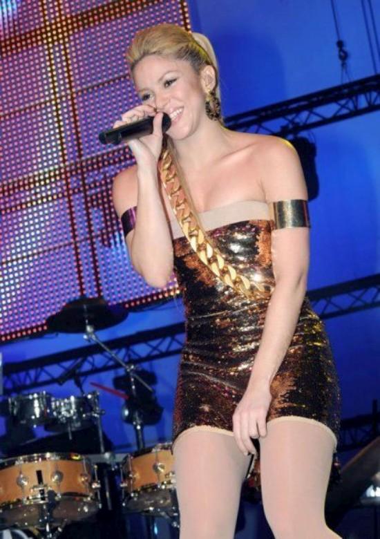 Шакира в золотых трусиках (8 фото)