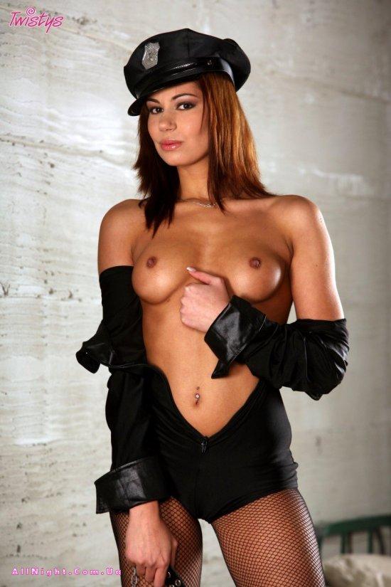 Cipriana в образе сексуального тюремного полицейского (20 фото)