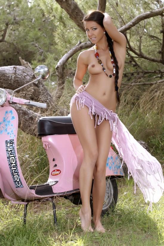 Эротика симпатичной Melisa Mendiny рядом с розовым скутером (20 фото)