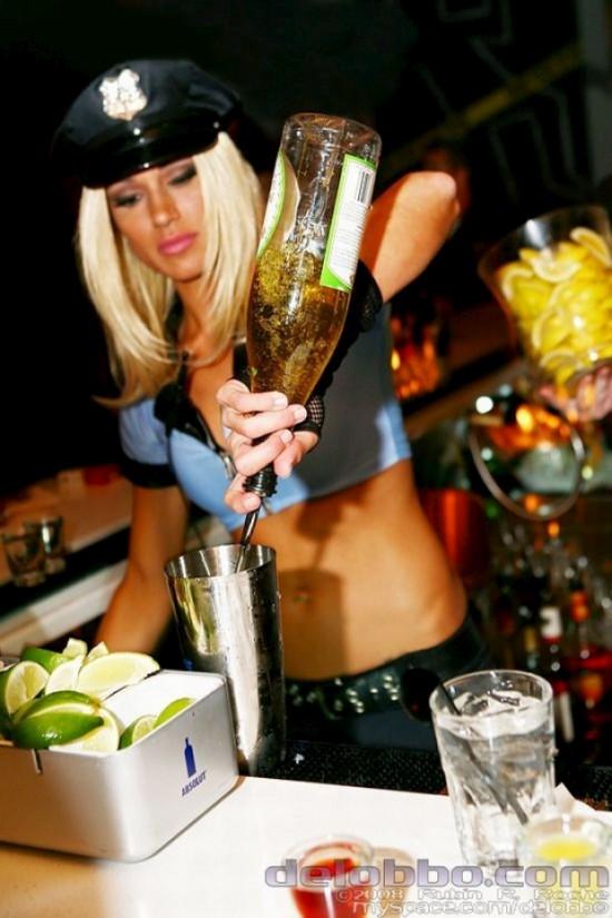 Сексуальные девушки бармены (42 фото)
