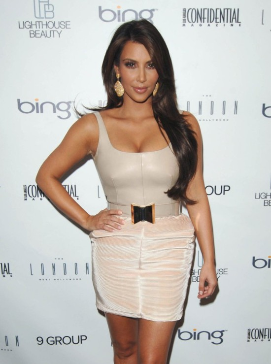 Ким Кардашиан в модном платье (10 фото)