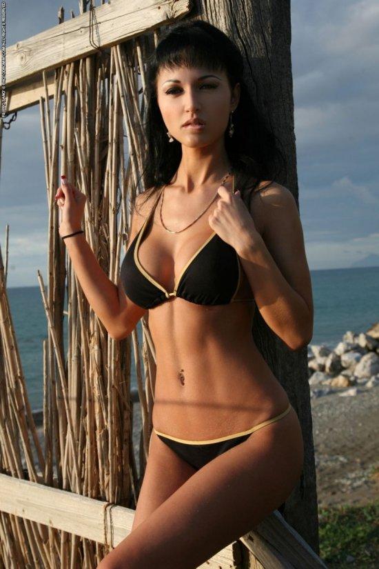 Roxanne Milana на пляже в купальнике (20 фото)
