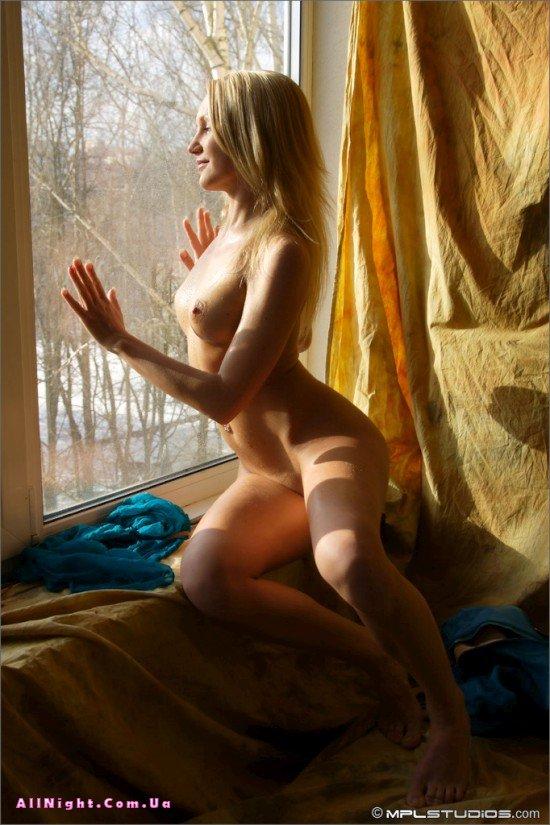 Голые девушки позируют у окна (22 фото)