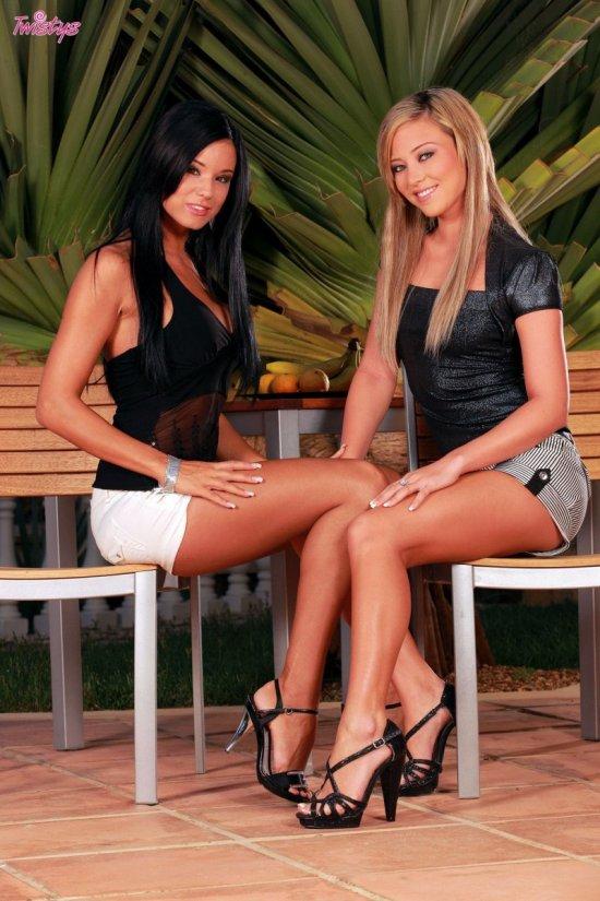 Ashley Bulgari и Natalia Forrest зашли в кафешку (20 фото)